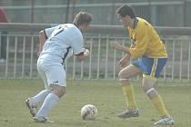 RUMBURK VYHRÁL. Na snímku Rumburk (ve žlutém) v utkání proti FK Jílové.