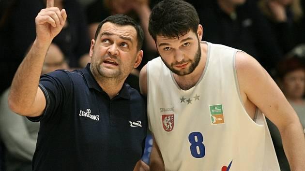 PORADA. Trenér Pavel Budínský (vlevo) a děčínský pivot Pavel Grunt
