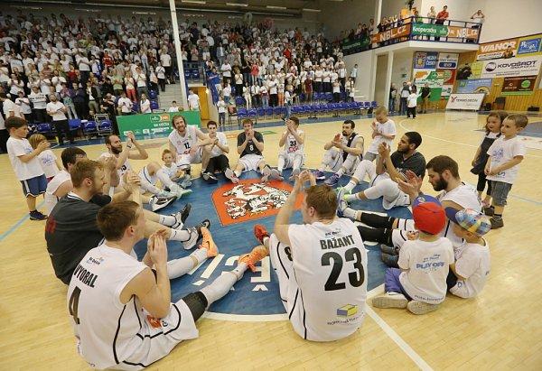 BASKETBALOVÁ NIRVÁNA! Děčínští Válečníci vpátém semifinále porazili Prostějov, vsérii zvítězili 3:2 a ve finále je čeká Nymburk!
