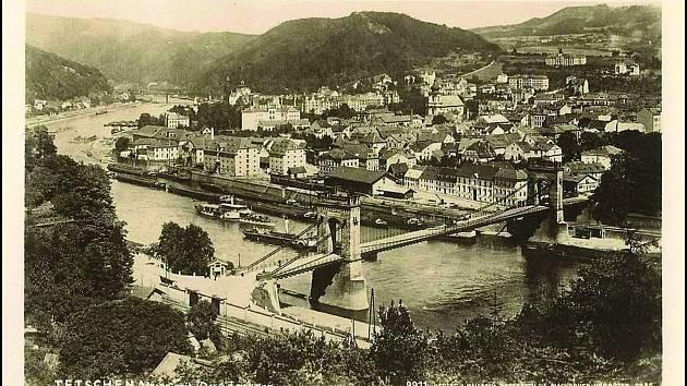 PŘÍSTAV V DĚČÍNĚ. Pohled ve 30. letech minulého století na přístav a překladiště v místě dnešního parkoviště nedaleko nově budované knihovny.