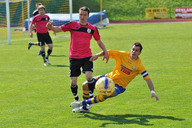 HLAVIČKY. Dvě trefy hlavou znamenaly výhru Slovanu (ve žlutém) nad Znojmem 2:0.
