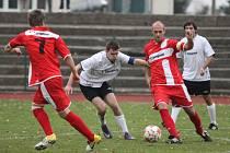BOJOVALI. Fotbalisté Modré (červené dresy) prohráli 0:2 v Krupce.