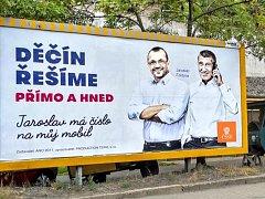 Z billboardů ANO si politická konkurence tropí legraci.