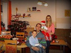 VÁNOCE S RODINOU. Tak to vypadá u basketbalisty Jakuba Houšky. Ten je na snímku se svou ženou a dvěma malými potomky.