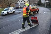 Hasiči uniklý olej zlikvidovali a strážníci po dobu zásahu řídili kyvadlově dopravu.