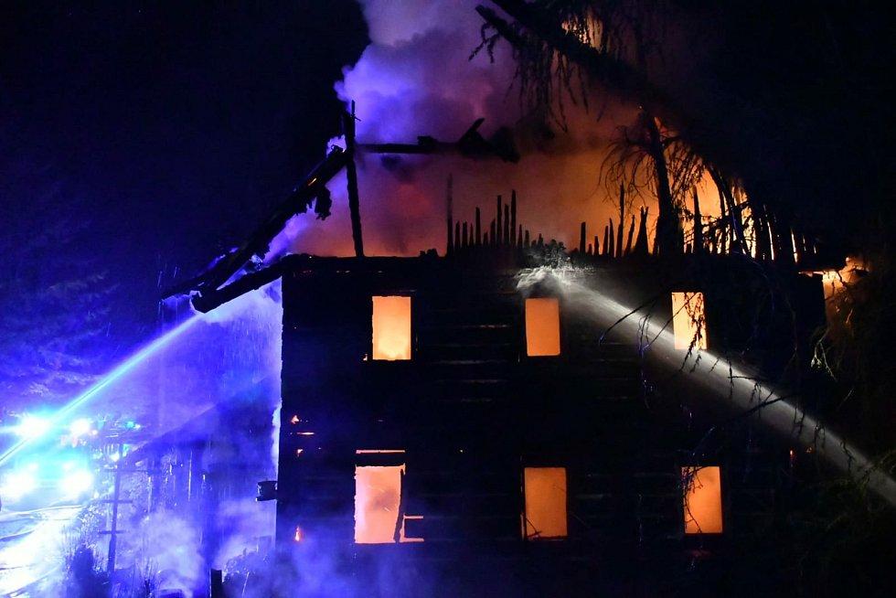 Plameny zcela pohltily roubenku v Lesním Mlýně u Velké Veleně