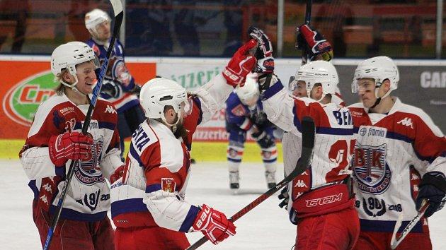 JE KONEC. Děčínští hokejisté ani jednou hráče Havlíčkova Brodu (na snímku) neporazili. Z postupu do semifinále se tak radoval ambiciózní soupeř.
