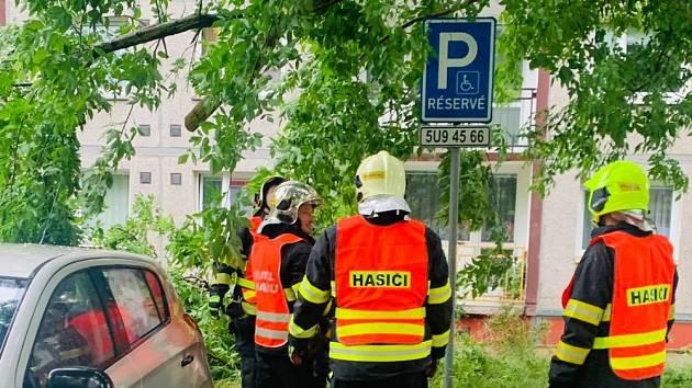 Hasiči vyjeli k poškozenému stromu. Větev hrozila pádem na auta