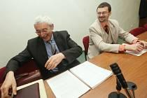 SMÍCH V SOUDNÍ SÍNI. Exstarosta Martin Forró z Dobrné se spolu se svým obhájcem  při jednání dobře bavili a byli samý úsměv.