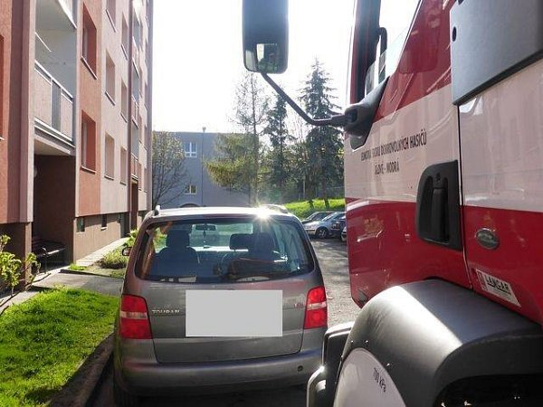 HASIČI zkoušeli projet ulicemi Jílového. Na mnoha místech nemohli kvůli zaparkovaným autům projet.