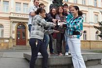 Úspěšní maturanti z C.4A děčínského gymnázia si převzali odměnu ve výši jeden tisíc korun.