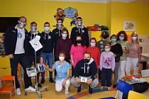 Děčínští basketbalisté navštívili dětské oddělení v tamní nemocnici. Ta si díky Válečníkům mohla pořídit dětský plicní ventilátor.