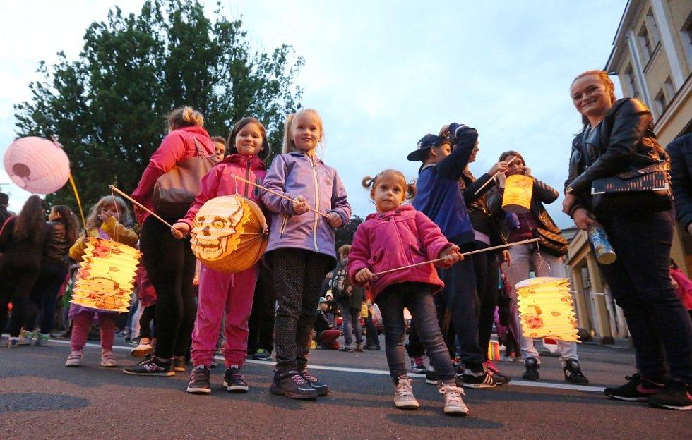 Děčínské slavnosti zahájil lampionový průvod a ohňostroj.