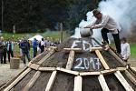 U Dolského mlýna slavnostně zapálili milíř v pondělí 21. srpna.