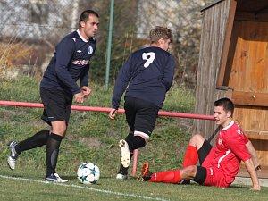JASNÁ VÝHRA. Jiříkov (v červeném) doma porazil Dubí jasně 6:0.
