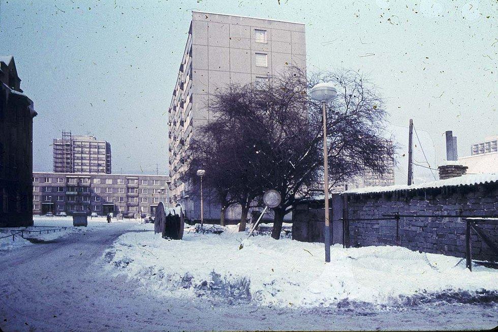 Rozestavěné sídliště na Starém Městě. Pohled z Žerotínovy ulice