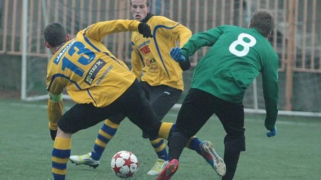 SNADNÁ VÝHRA. FK Varnsdorf (ve žlutém) vyhrál na hřišti FC Chomutov 5:0.