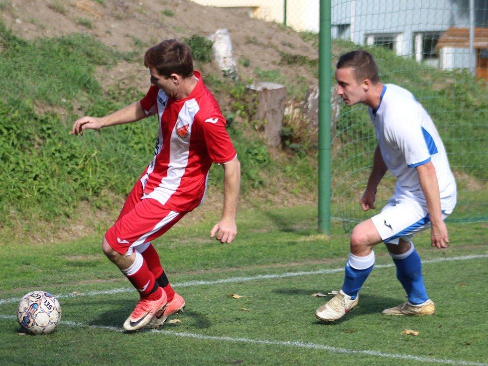 KONEČNĚ. Fotbalisté Dobkovic (červená) porazili Chlumec 5:2.