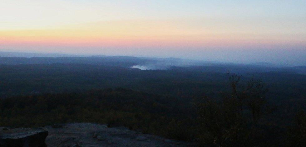 Požár lesa v nepřístupném terénu v oblasti Sněžníku.