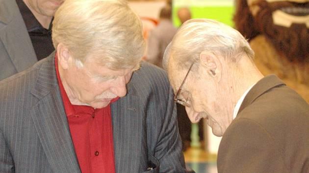 VZPOMÍNKA. Na snímku je prezident BK Děčín Miroslav Chrástný (vlevo) a vpravo nedávno zesnulá legenda Slavomír Bednář.