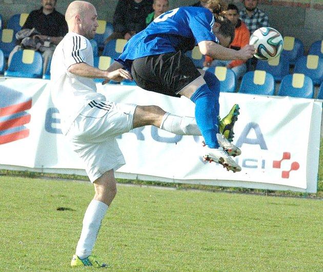 MODRÁ SE ZÁCHRANILA. Na snímku je Víťa Žák (v bílém) v utkání proti Bílině.