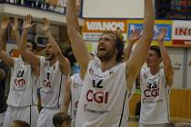 ROBERT LANDA slaví se spoluhráči druhé vítězství v sérii.