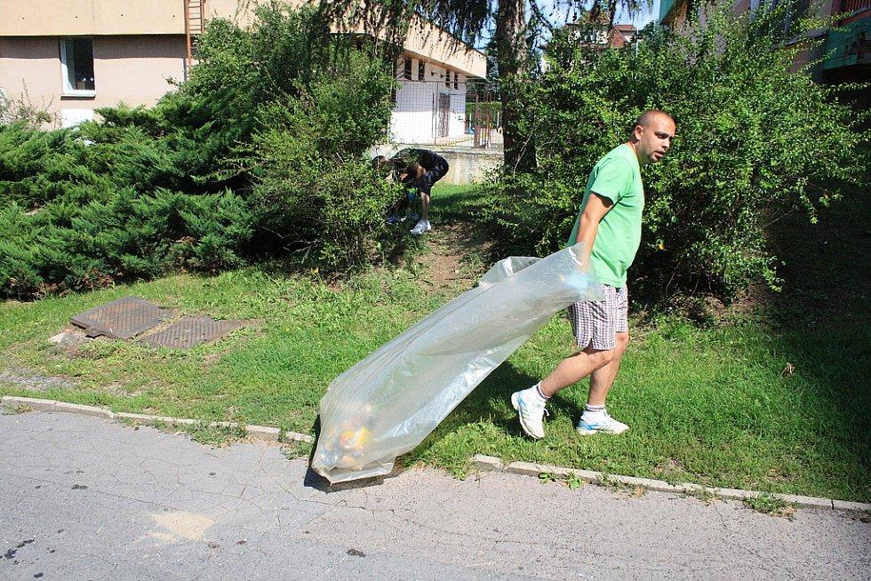 Asistenti prevence kriminality uklízejí nepořádek v ulicích.
