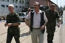 Petr Pavel (vlevo) se vydal na obhlídku i ke sportovní hale, kterou voda zatopila.