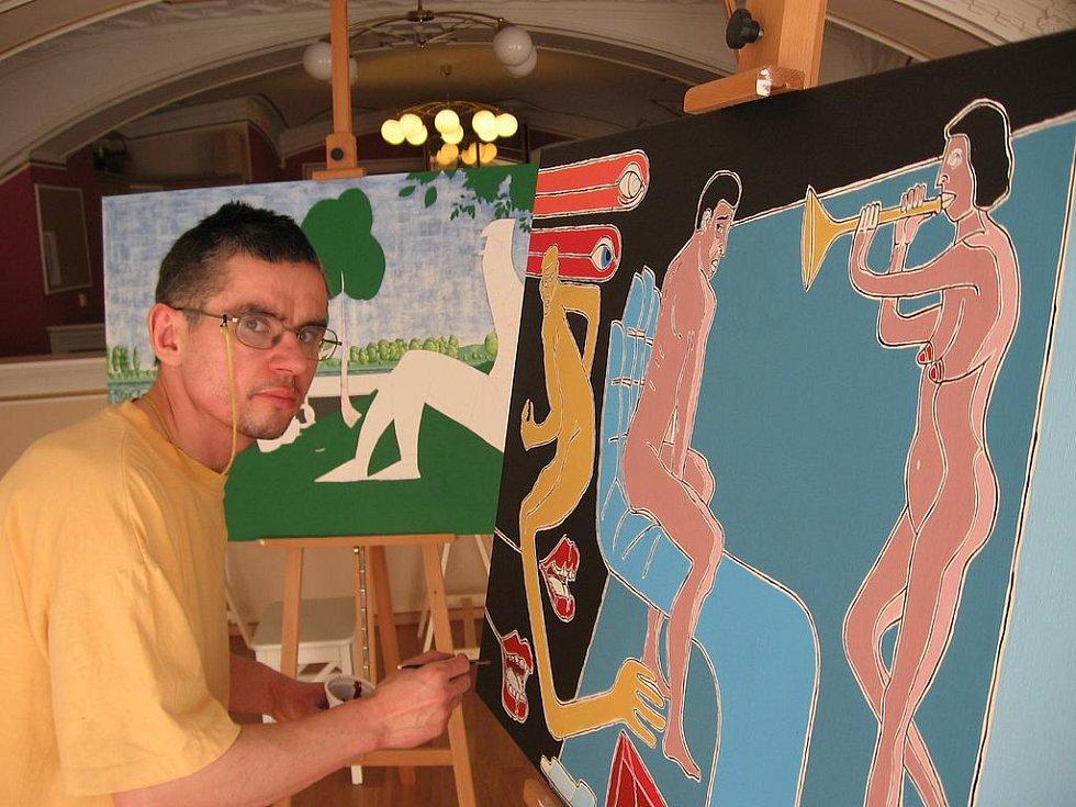 Honza Čáslavka dokončuje svůj obraz Já a moje chmury.