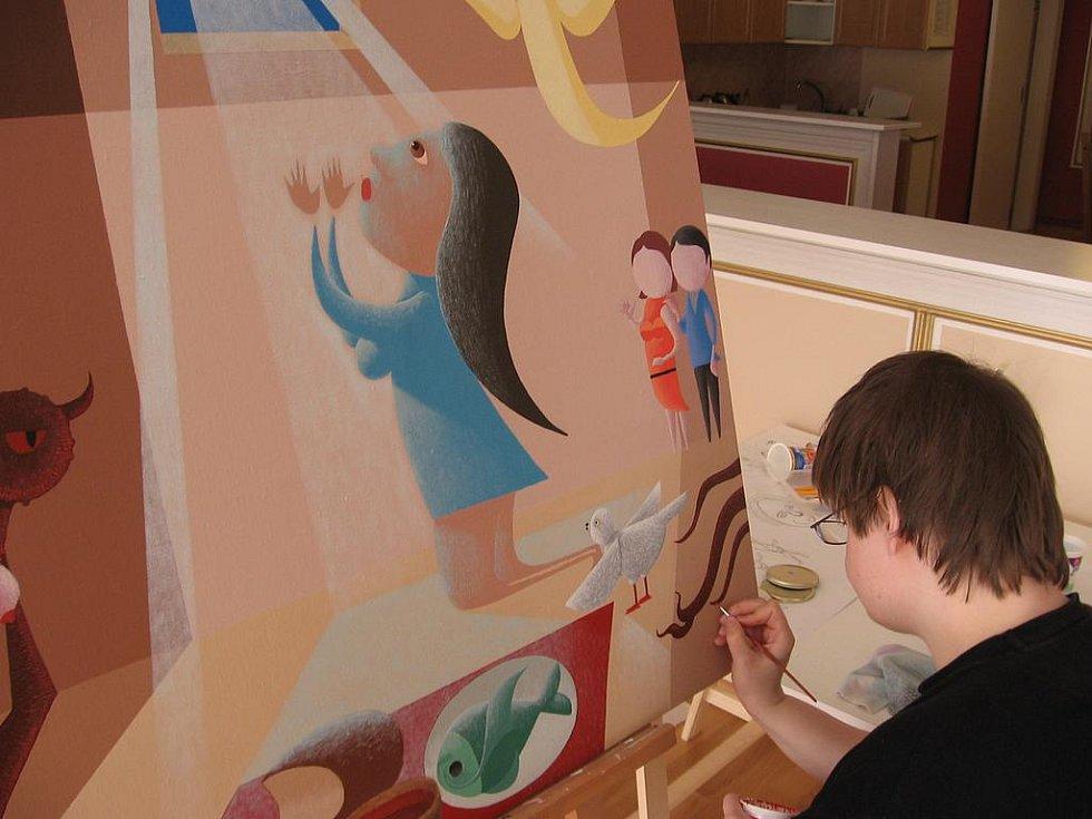 Jitka Prelátová  dokončuje svůj obraz, který pojmenovala Marie.