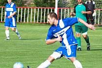 DEBAKL. Fotbalisté Jiskry Modrá (v modrém) doma dostali čtyři branky od Horního Jiřetína.