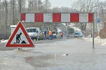 Prasklá voda uzavřela silnici