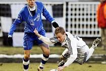 Ústecký záložník Jan Franc (vlevo) bojuje o míč s jedním ze soupeřů.