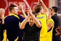 PORÁŽKA. Basketbalisté Děčína (v tmavém) prohráli v Opavě.