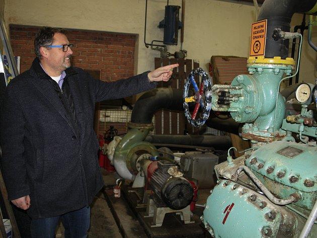 Strojník Jakub Jiřišta zatím obsluhuje staré chladící zařízení. Letos by zastaralé chlazení měla nahradit moderní technologie.