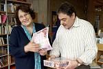 Marcela Růžičková s ředitelem knihovny Ladislavem Zoubkem při vyhlášení Čtenáře roku v děčínské knihovně