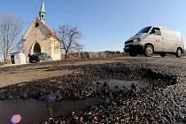 Silnice na Šluknovsku jsou na mnoha místech děravé.