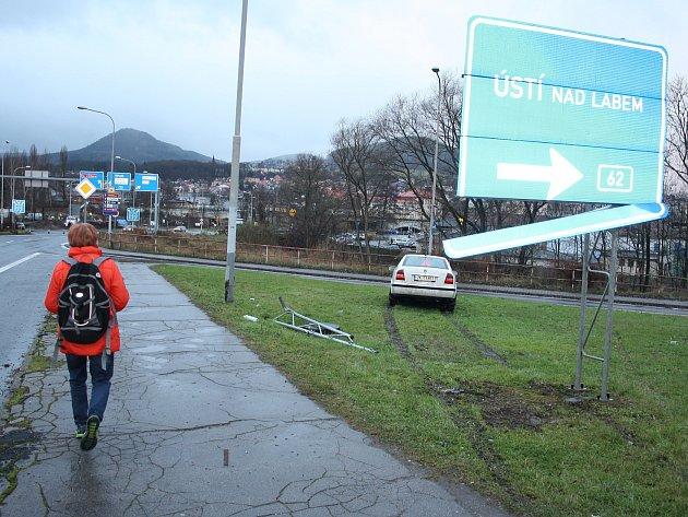 Řidič se na konci Nového mostu v Děčíně netrefil do odbočky.