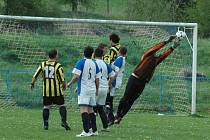 DEBAKL. Fotbalisté Valkeřic (žluto-černá) doma prohráli s Huntířovem (modro-bílá) vysoko 1:5.
