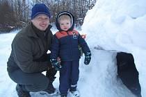 Doslova zasypáni sněhem byli účastníci už 35. ročníku Nejsevernějšího zimního stanování pod Vlčí horou.