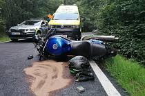 Nehoda motorky a osobního auta v Jílovém.