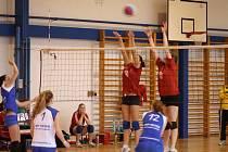 JSOU PRVNÍ. Děčínské volejbalové juniorky (na snímku jsou na bloku) kralují první lize.