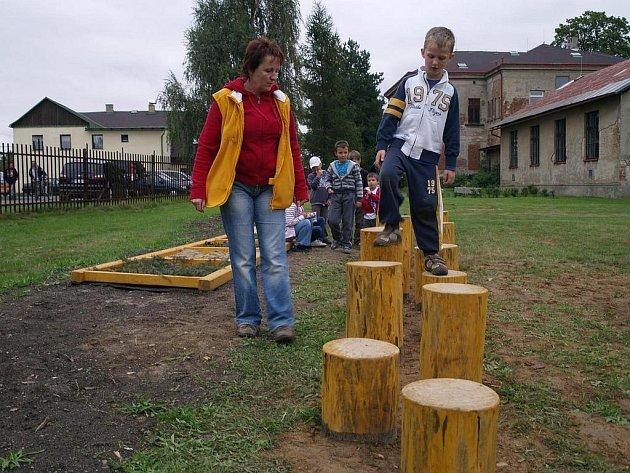 Školní zahrada se rozrostla o přírodní učebnu