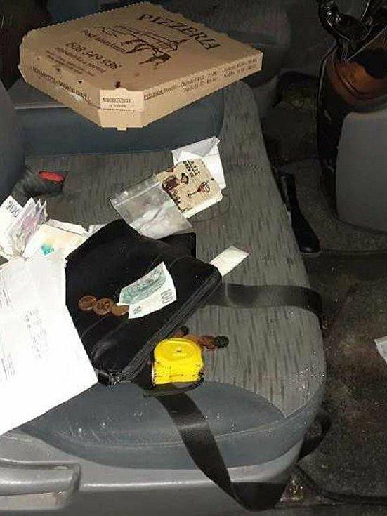 Řidič ukrýval drogy i v krabici s pizzou.