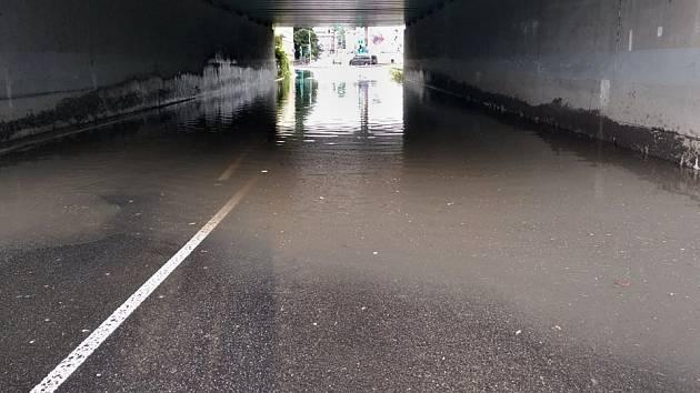 Voda po prudkém dešti zalila komunikace