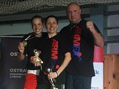 ÚSPĚŠNÁ PARTA. Vlevo M. Schmoranzová, uprostřed E. Lišková, vpravo trenér V. Němeček.