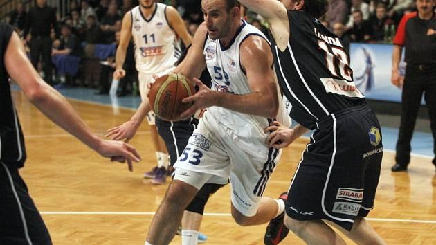 DĚČÍNŠTÍ BASKETBALISTÉ (v tmavém) prohráli v Ostravě.