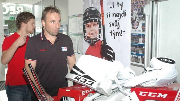 ČESKÝ SVAZ LEDNÍHO HOKEJE materiálně podpořil HC Děčín. Osobně u toho byl například i bývalý brankář Milan Hnilička.