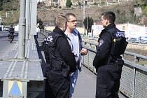 Strážníci dohlíželi na cyklostezku přes Tyršův most.