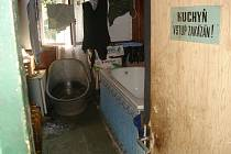 V polorozpadlém domě, v nevyhovujících hygienických podmínkách, bez tekoucí vody a s jediným suchým záchodem se starým kobercem namísto dveří, tak žily děti, které se zúčastnily letního tábora v Rudolfově u Liberce.